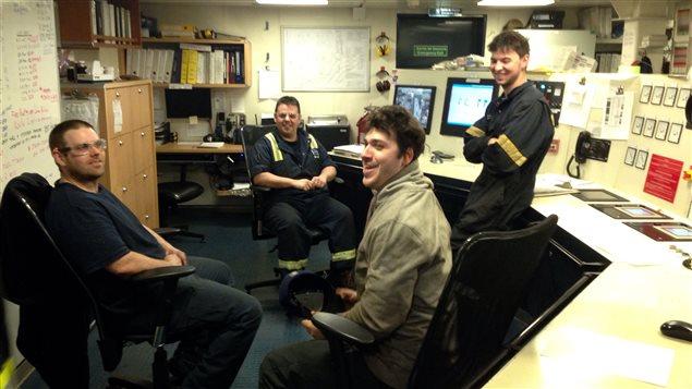Officiers et stagiaires rassemblés dans la salle de contrôle du Bella Desgagnés