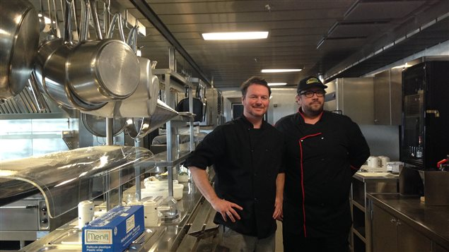 Le chef Carl Parisé et son aide-cuisinier Michel Lapierre dans les cuisines du Bella Desgagnés