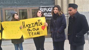 Des amis et des collègues de classe d'Hazim Ismail se sont rassemblés le matin de son audience devant la Commission de l'immigration et du statut de réfugié du Canada.