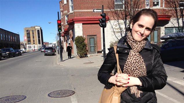 Abby Stein devant la synagogue Vishnitz.