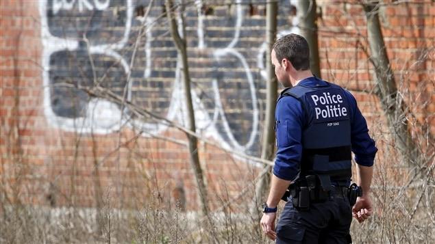 La police belge poursuit perquisitions et arrestations relativement aux attentats de Bruxelles.