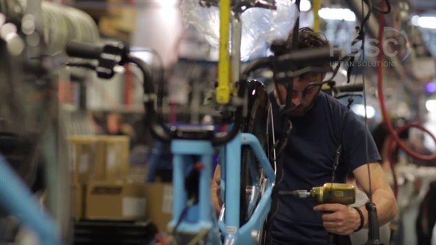 Production des vélos type Bixi dans l'usine de Devinci à Saguenay.