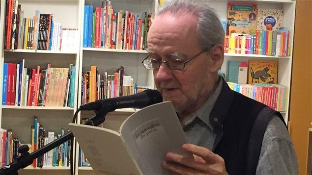 Patrice Desbiens lit au lancement de son recueil Le quotidien du poète, en avril 2016, à la librairie Le port de tête, à Montréal.