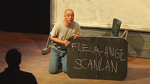 Le comédien Alain Doom dans la pièce <em>Du pépin à la fissure</em> de Patrice Desbiens, au Théâtre de la licorne en 2003