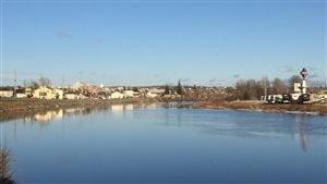 La ville de Timmins vue de la rivière Mattagami.