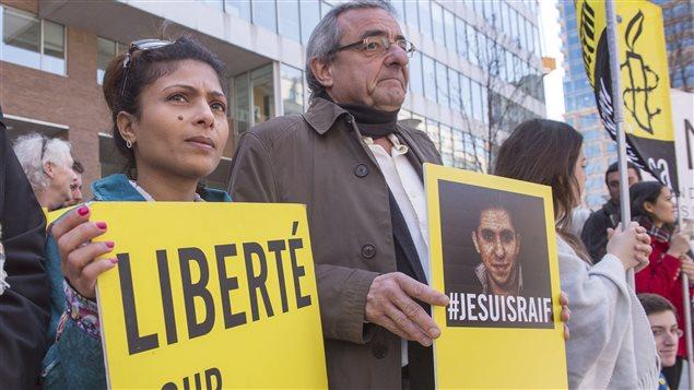 Ensaf Haidar et Jean Lacharité, dans un rassemblement pour la libération de Raïf Badawi
