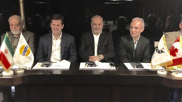 Pierre Beaudoin, président du CA de Bombardier, (la deuxième personne à partir de la gauche) à Téhéran en compagnie de représentants de l'Autorité de la zone franche de Qeshm.