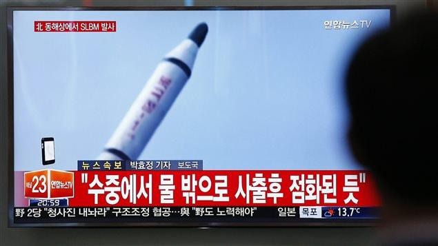 Un Sud-Coréen regarde la télévision nationale diffuser les images d'un lancement nord-coréenn.