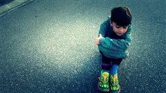 De faux implants dans les pieds d'un garçon