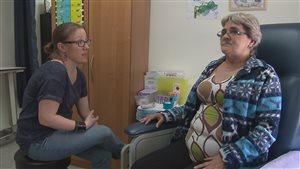 L'infirmière praticienne Isabelle Têtu en compagnie d'une patiente.
