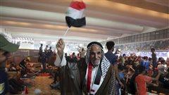 Des manifestants antigouvernementaux entrent dans la zone verte à Bagdad