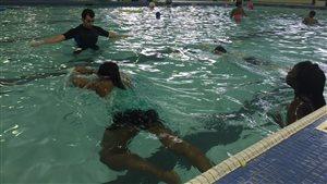 Un cours de natation à la piscine Bonivital à Winnipeg.