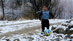 Il reçoit des chandails de Messi, et sa famille des menaces