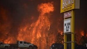 Le centre-ville de Fort McMurray a été évacué, mardi.