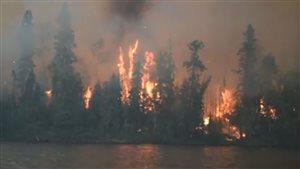 Un feu de forêt fait rage dans la région de La Ronge, en Saskatchewan.
