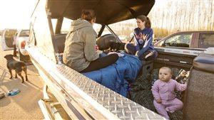 Une famille s'est réfugiée dans son bateau après leur évacuation de Fort McMurray, en Alberta, le 4 mai 2016.