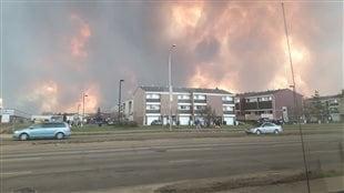 Le feu s'approche d'un quartier de Fort McMurray.