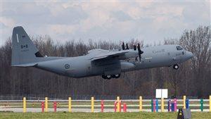 Un avion des Forces canadienne a quitté la base de Trenton pour l'Alberta, hier.