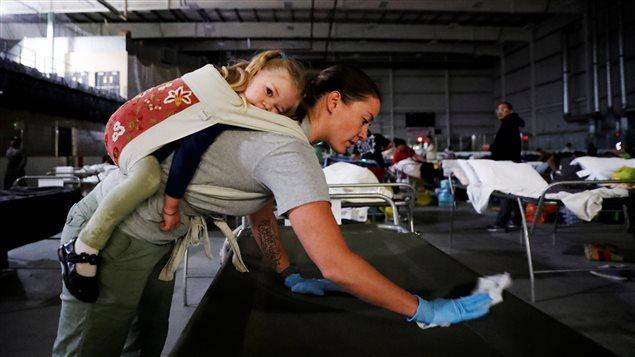 Des volontaires préparent des lits à Lac La Biche pour les évacués de Fort McMurray.