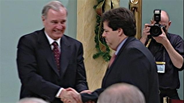 Mauril Bélanger accède en 2003 au cabinet de Paul Martin.