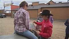 De jeunes cowboys s'initient à la monte du taureau à Saint-Tite