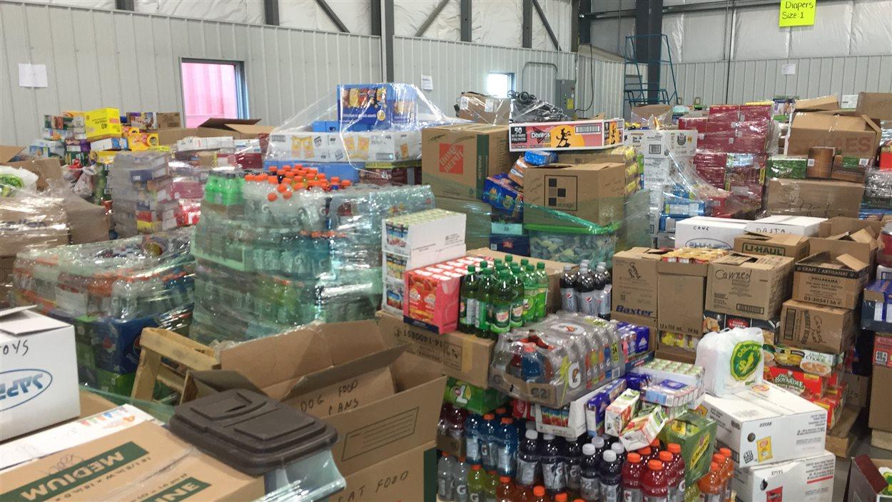 De l'eau, de la nourriture, des couches sont parmi les dons faits au centre d'aide pour les sinistrés à Edmonton.