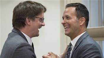 Sylvain Gaudreault, chef intérimaire du PQ, est accueilli à la réunion du caucus par Alexandre Cloutier.