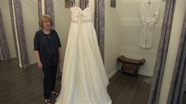 ... de la future mariée, à côté de la robe de mariée de sa fille