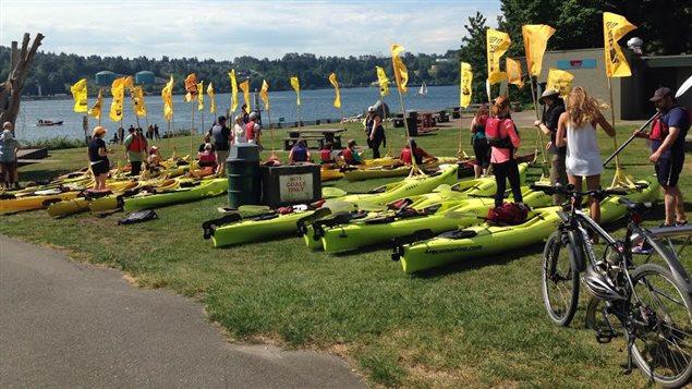 Des activistes-kayakistes se sont rassemblés contre le projet Trans Mountain de Kinder Morgan au parc Cates à North Vancouver.