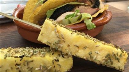 Brochette d'ananas et d'anis sur le barbecue