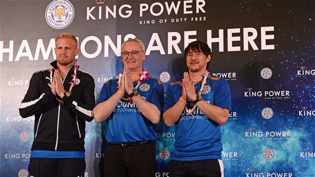 Kasper Schmeichel (gauche), Claudio Ranieri (centre) et Shinji Okazaki à l'arrivée en Thaïlande