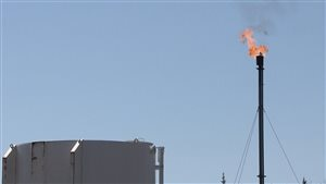 Test de production au puits Haldimand no 4. Flamme qui sort d'une cheminée.