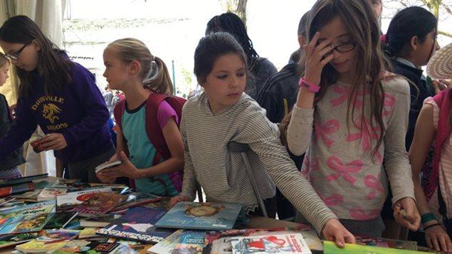 Des jeunes lecteurs au Festival des arbres à Toronto.