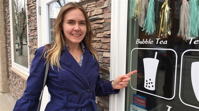 Marie-Claire Khadij à côté d'un de ses restaurants préférés à Moose Jaw