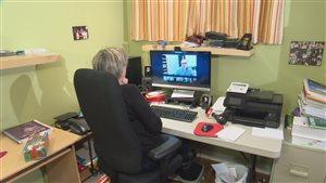 Julie Dussault est l'une des élèves du cours de secrétariat en ligne de la Commission scolaire des Sommets.