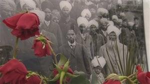 Une photo des passagers au monument commémoratif du Komagata Maru à Vancouver.