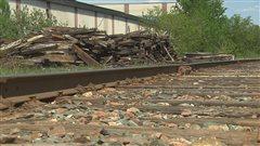Des amas de traverses près des voie ferrée à Sherbrooke aussi