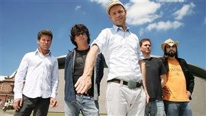 Gord Sinclair, Paul Langlois, Gord Downie, Johnny Fay et Rob Baker du groupe Tragically Hip