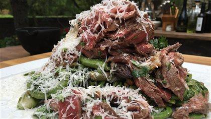 Steak de wagyu, salade d'asperges et têtes de violon