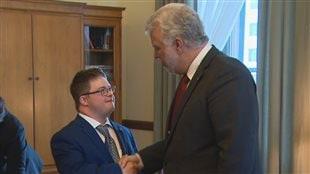Le jeune Joël Potvin a pu rencontrer le premier ministre Philippe Couillard lors de sa journée à l'Assemblée nationale.