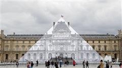 Un artistefait disparaître la pyramide du Louvre