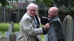 L'ambassadeur Kevin Vickers empoigne un protestataire en Irlande
