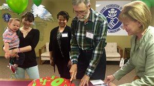 Adrien Perras coupe un gâteau jeudi pour célébrer 40 ans depuis sa greffe de rein. Les médecins ont diagnostiqué la maladie du rein chez Wyatt Bouchard (à gauche) quand il avait deux mois.