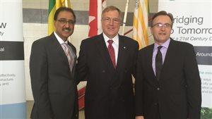 Le ministre fédéral des Infrastructures, Amarjeet Sohi, le maire de Saskatoon, Don Atchison et le ministre des Relations gouvernementales, Jim Reiter.