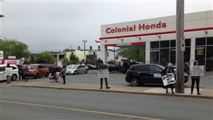 Manifestation devant le concessionnaire Honda, à Halifax.