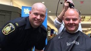 Le président de l'association des policiers de Winnipeg, Moe Sabourin, passe au rasoir électrique.