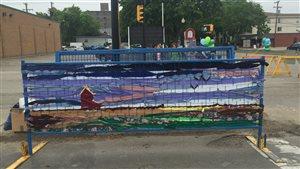 Des clôtures de sécurité ont été décorées lors du Broadway Art Festival de Saskatoon pour embellir la zone des travaux sur la rue.