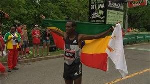 Dino Sefir remporte le marathon d'Ottawa 2016.