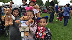 Des ours en peluche lors du pique-nique Teddy Bear au parc Assiniboine, à Winnipeg.