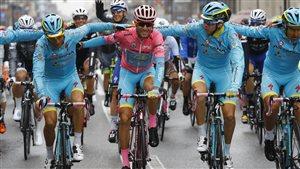 Vincenzo Nibali en maillot rose, entouré de ses coéquipiers, en route vers la victoire lors de la 21e étape du Tour d'Italie 2016.